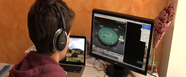 Léo coach de poker devant son écran d'ordinateur.