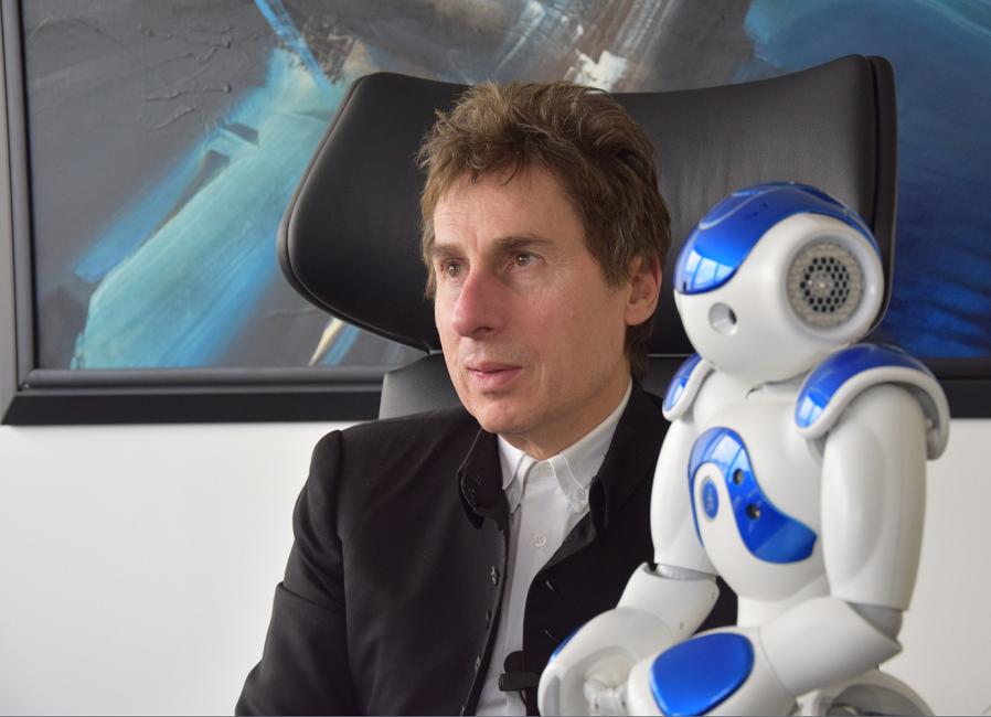 Alain Bensoussan, avocat spécialiste en robotique, aux côtés de Nao, son compagnon électronique.