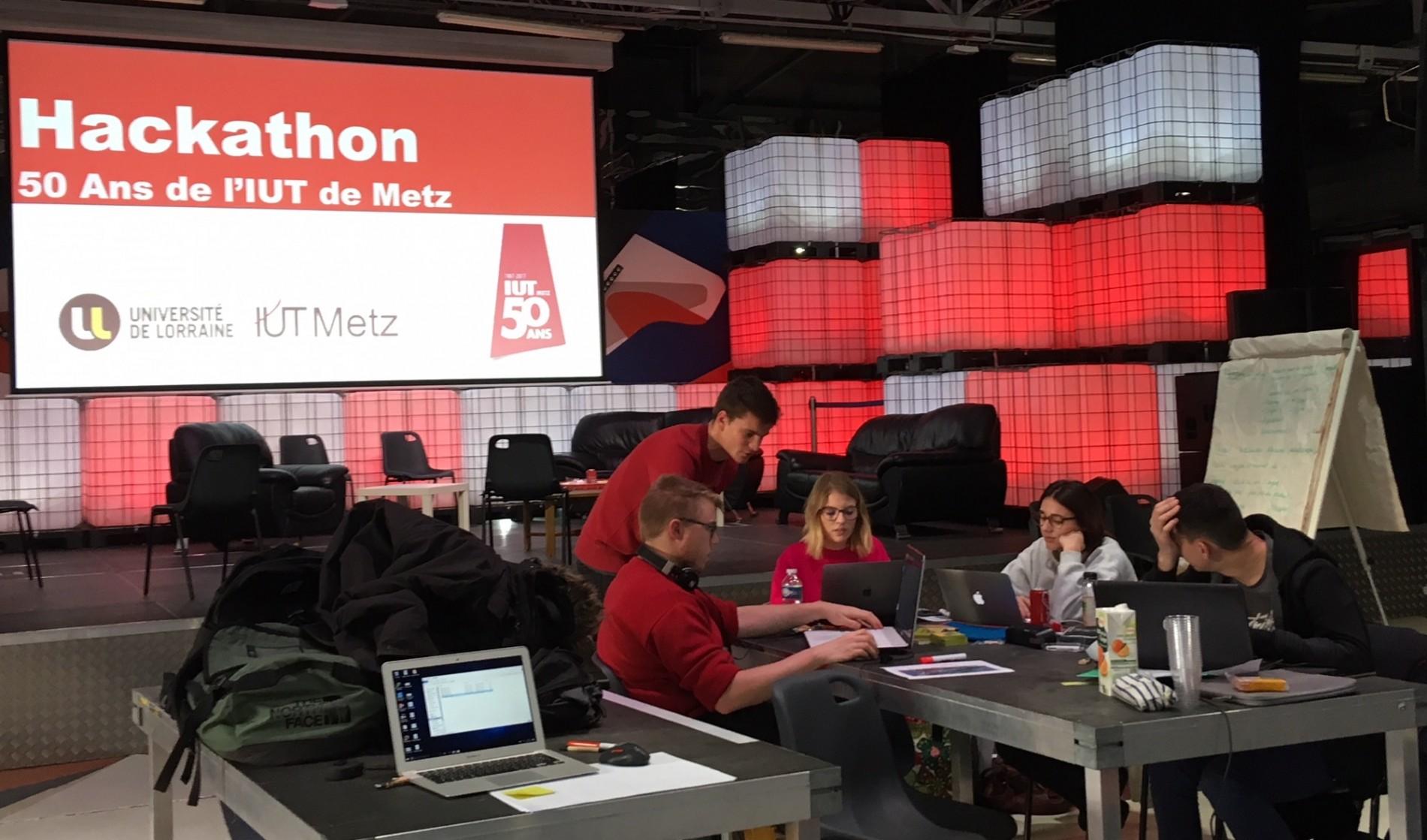 Les étudiants se concentrent sur leur projet dans le cadre du hackathon