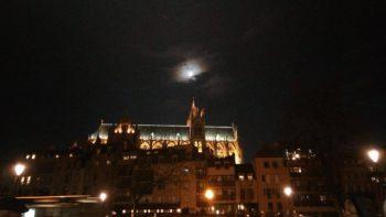 Noël, fête de lumières. Même la lune s'est invitée.